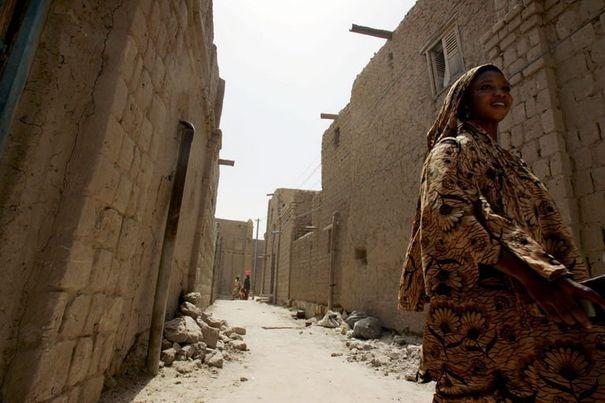 302355_une-femme-marche-dans-la-rue-a-tombouctou-au-mali-le-11-avril-2006[1]