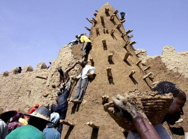 353805_des-hommes-restaurent-la-grande-mosquee-de-tombouctou-dans-le-nord-mali-en-2006[1]