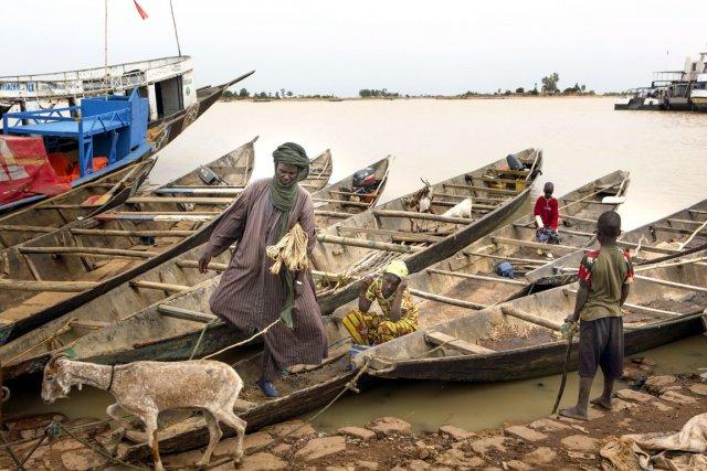 627048-barrage-erige-armee-malienne-fleuve[1]