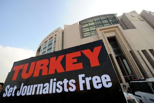 470773_une-affiche-brandie-lors-d-une-manifestation-a-istanbul-pour-denoncer-le-proces-contre-des-journalistes-turcs-en-novembre-2011[1]