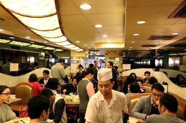 518269_des-clients-attables-dans-le-restaurant-etoile-ho-hung-kee-de-hong-kong-le-27-decembre-2012[1]